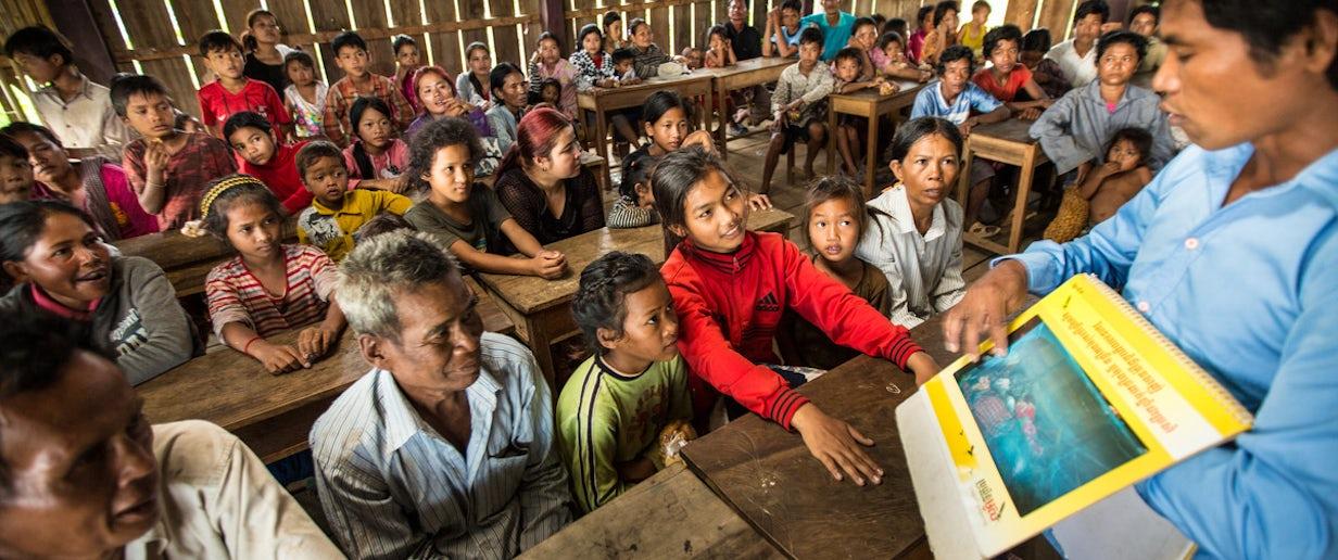 Community health worker in Cambodia © John Rae, The Global Fund